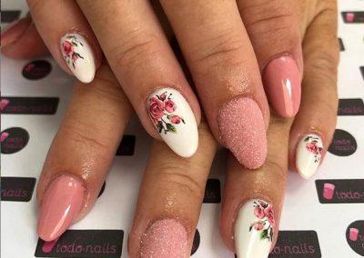 Uñas de gel con efecto azúcar y tattoos de flores