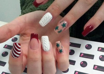 Uñas acrílicas con diseño a mano alzada y efecto azúcar