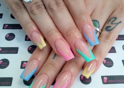 Uñas hechas con Cover acrílico y pintadas con geles de color