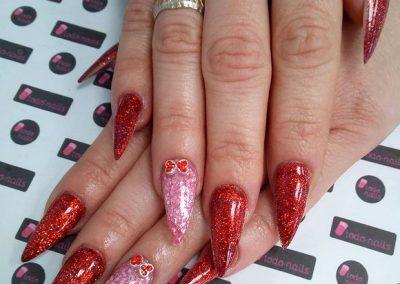 Uñas acrílicas stiletto con glitter y 3D