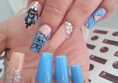 Diseño de uñas acrílicas inspirado en Lilo y Stitch dibujado a mano alzada