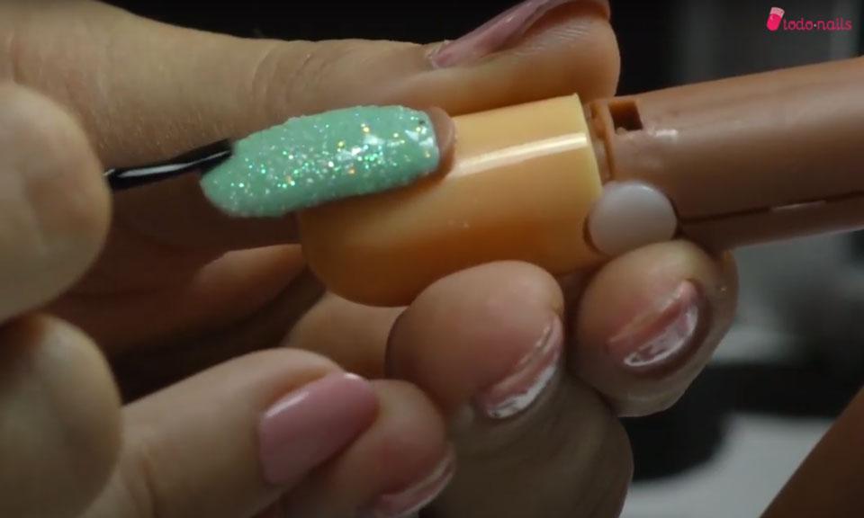Cómo aplicar efecto sirena en las uñas